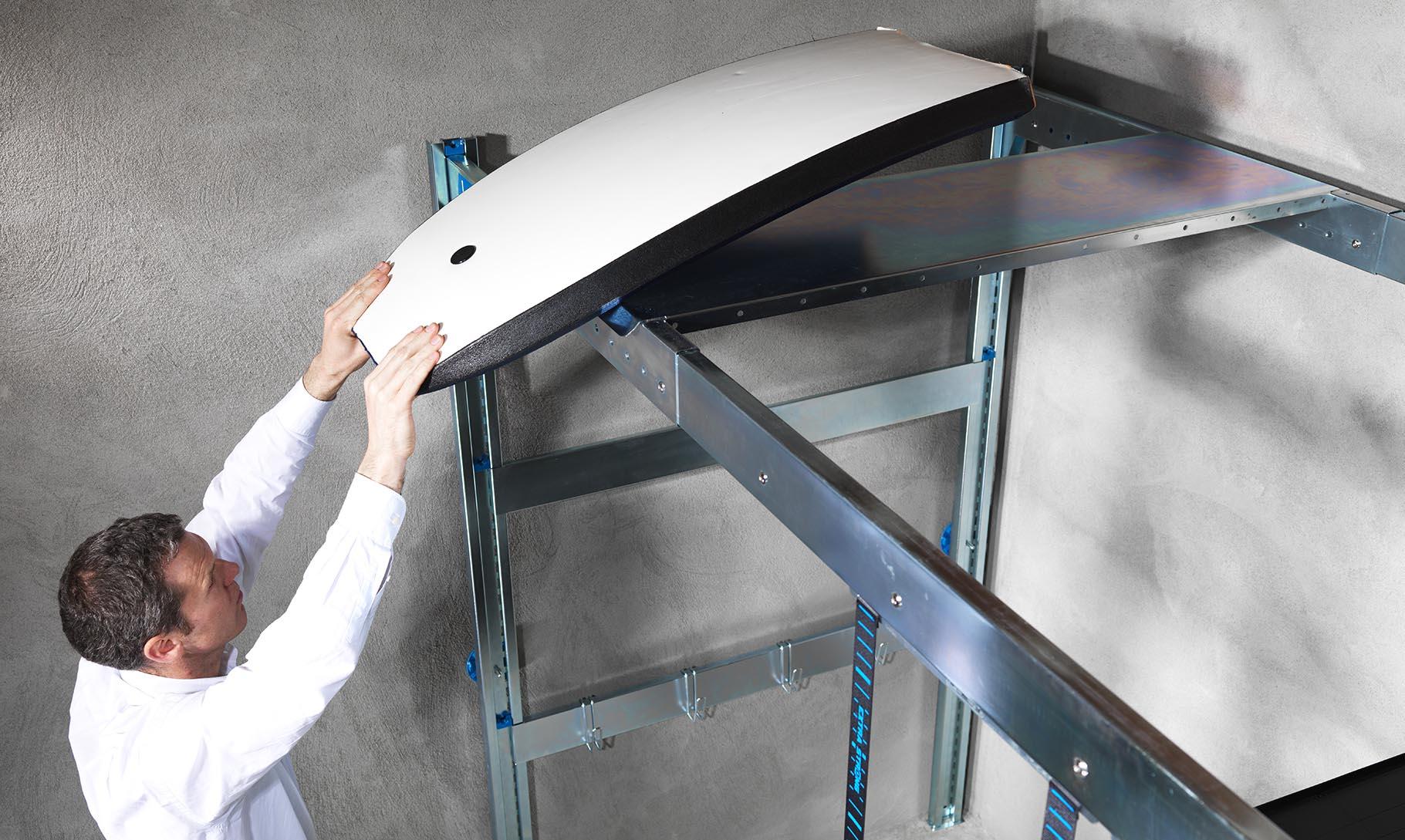 Utilisateur de Lodus qui range sa planche de surf dans son garage